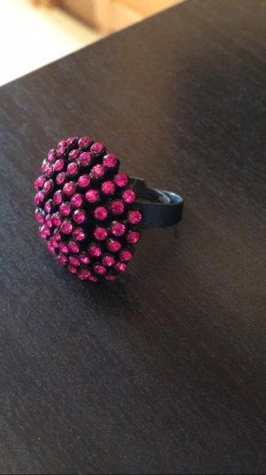 Hübscher Ring mit pinken Steinchen