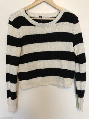 Hübscher schwarz-weiß gestreifter Pullover