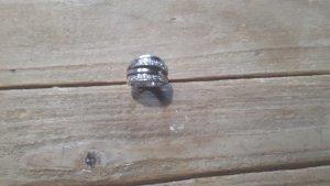 Hübscher silberner Ring mit Glitzersteinen