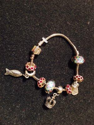 Hübsches Armband mit Charms
