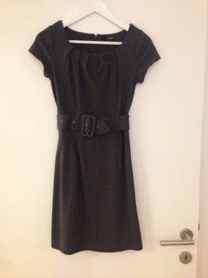 Hübsches Kleid fürs Büro
