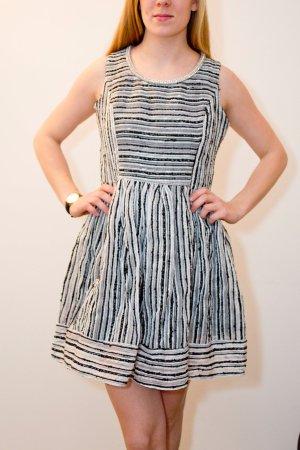 Hübsches Kleid mit Glitzerdetail am Kragen