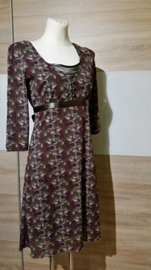Hübsches Kleid mit Schleife und Knopfleiste