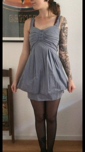Hübsches kurzes graues Kleid