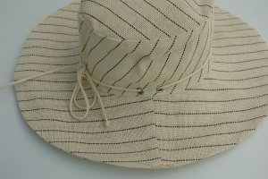 Hat cream-black recycled material