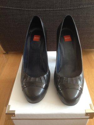Hugo Boss Orange Pumps aus schwarzem Glattleder mit schwarzem Lackstreifen