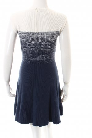 Hugo Boss Strickkleid weiß-dunkelblau Street-Fashion-Look