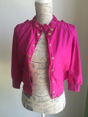 Jacke in Farbe pink mit goldenen Knöpfen