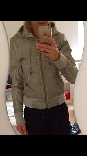 Jacke in grau von Only mit Schal