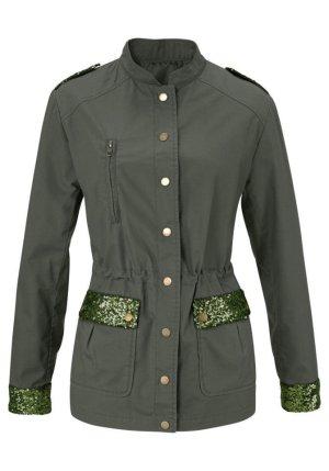 Jacke von Aniston im Military-Stil