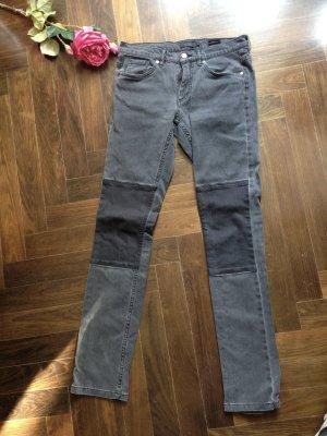 Jeans, grau mit schwarzen Aufnäher, LÄSSIG