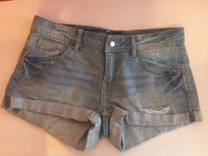 Jeans Hotpants hellblau blau mit Riss