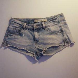 Jeans-Hotpants von Zara im Used-Look mit Nietendetails