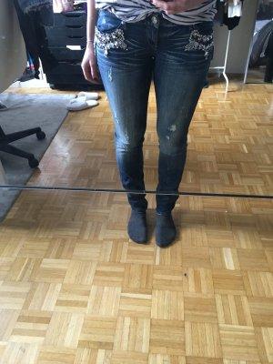 Jeans im Used Look mit Steinapplikationen