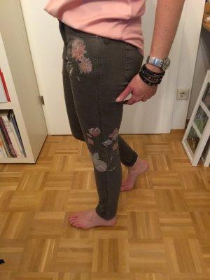 Jeans in braun mit Stickerei