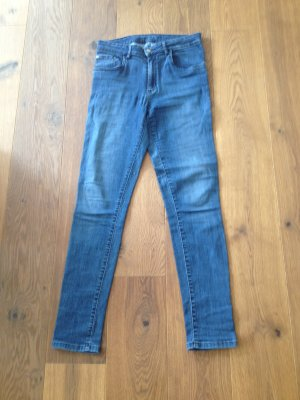 Jeans in dunkelblau zu verkaufen