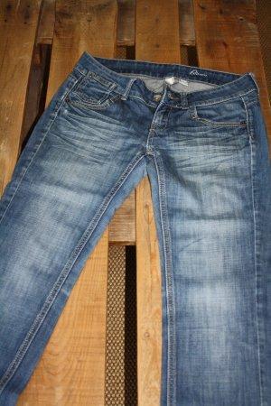 Jeans in mittelblau mit heller Waschung und Knopftaschen