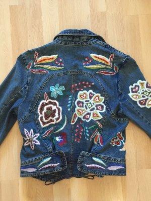 Jeans Jacke mit Stickereien und Glitzerapplikationen
