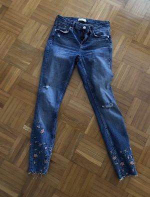 Jeans mit Blümchen