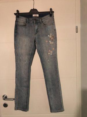 Jeans mit Blumen bestickt