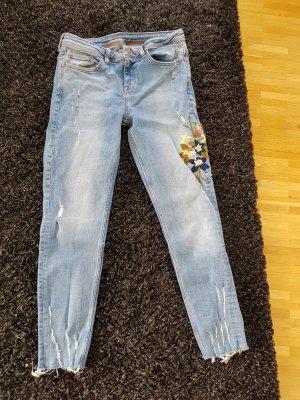 Jeans mit Blumen von Zara