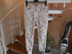 Jeans mit Blumenmuster in blassgelb/rosa/hellblau von mint&berry