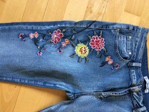 Jeans mit Blumenranken