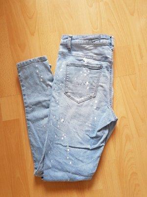 Jeans mit Farbklecksen und Cut-out