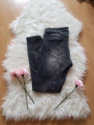 Jeans mit Farbklecksen und Cutout