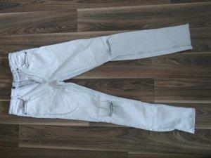 Jeans mit Fransen und Rissen an den Knien