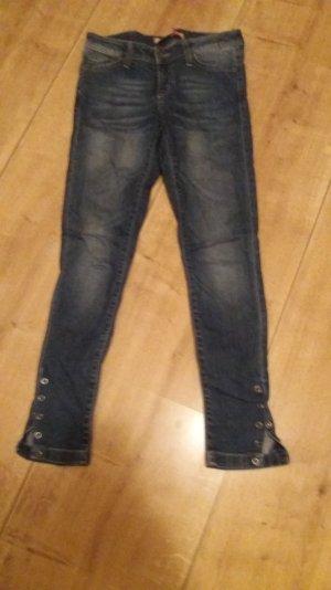 Jeans mit Knopfleiste am Bein
