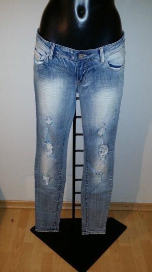 Jeans mit modernen löchern