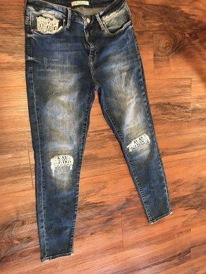Jeans mit Muster an den Knien