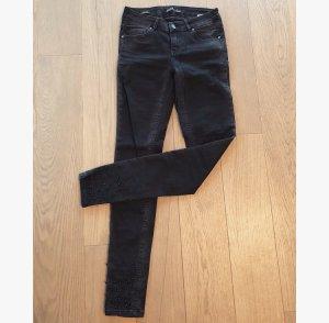 Jeans mit Perlenapplikationen