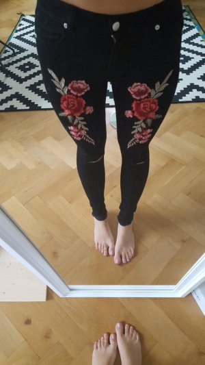Jeans mit Rosenapplikationen