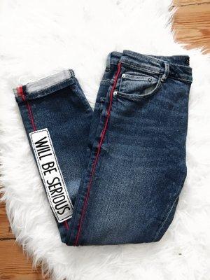 Jeans mit roten Streifen