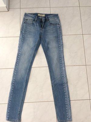 Jeans mit seitlicher Ikatwaschung