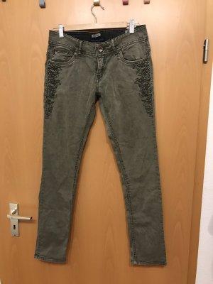 Jeans mit Stickerei und Reißverschlüssen