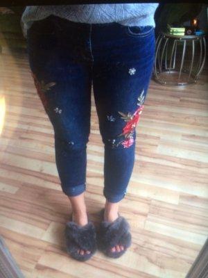 Jeans mit Stickereien und Steinchen