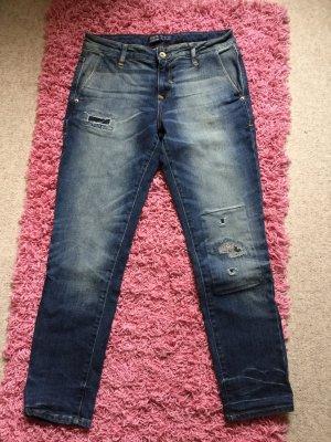 Jeans mit unterlegten Cutouts
