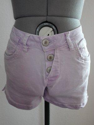 Jeans Shorts in helllila Farbe,moderne Schnitt,schön anliegend an der Figur.