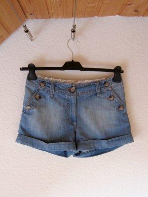 Jeans-Shorts mit großen Knöpfen