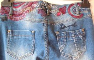 Jeans von Desigual Gr.S bzw. w26 bzw. Gr.36 mit Stickereien