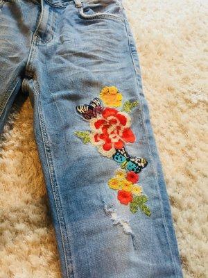 Jeans von ZARA mit Blumenstickerei