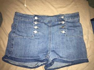 Jeanshorts mit doppelter Knopfleiste