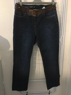 Jeanshose mit Ledergürtel