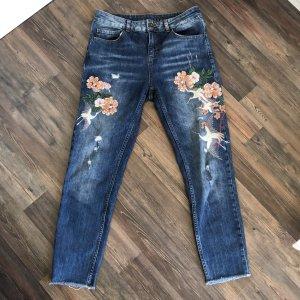 Jeanshose mit Stickereien