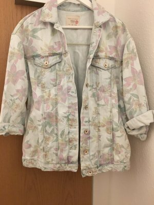 Jeansjacke mit Blumenmuster