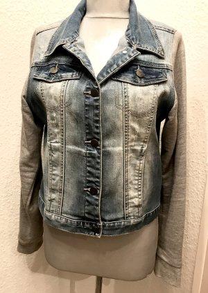 Jeansjacke mit grauen Sweatshirt Ärmeln