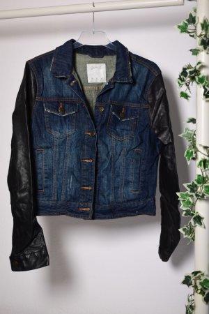 Jeansjacke mit Kunstlederärmeln